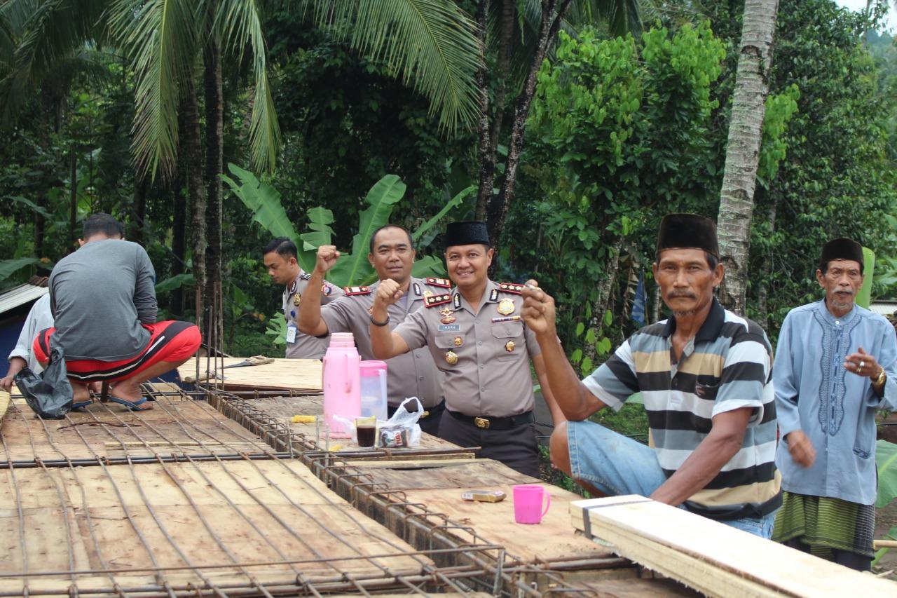 Photo of Peduli Pembangunan Masjid, Kapolres Pandeglang Berikan Bantuan