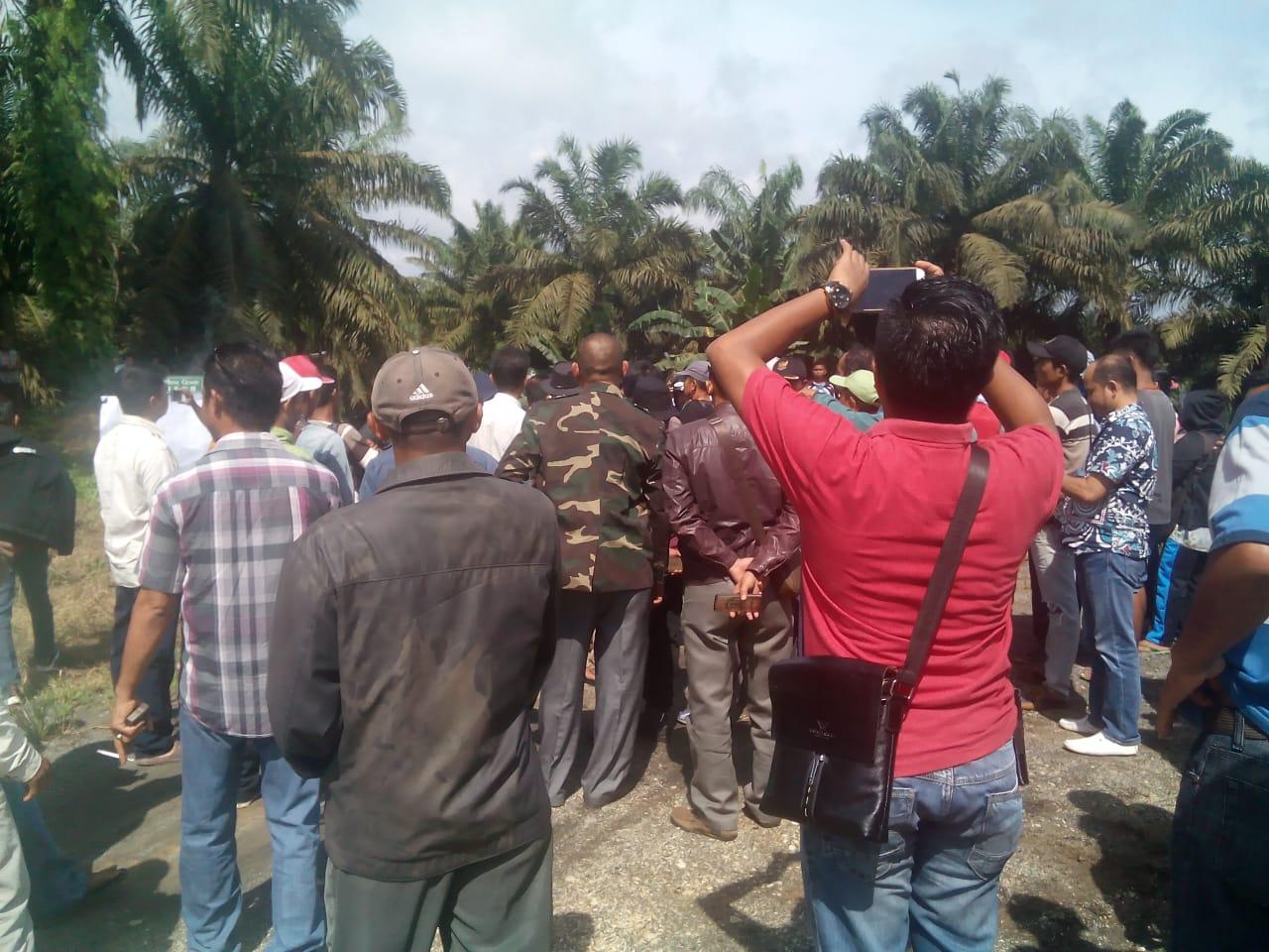Photo of Aksi Damai Unras Masyarakat Duduki Lokasi PT – CKT