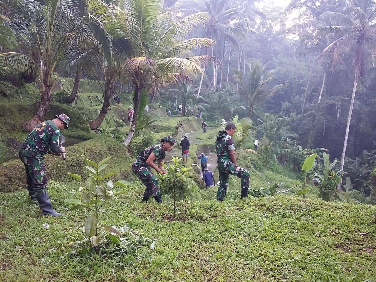 Photo of Jelang Hut Ke 58 Korem 163 Wira Satya, Kodim Gianyar Lakukan Bersih-Bersih Di Pura Gunung Kawi