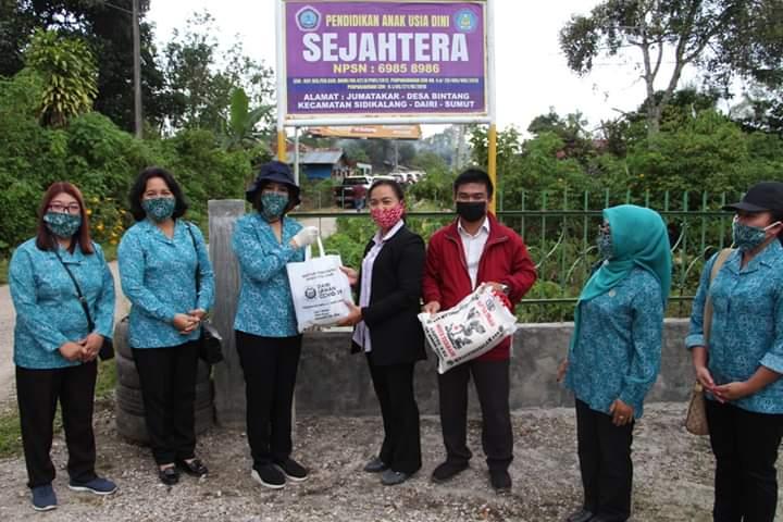 Photo of Pemkab Dairi Salurkan Bantuan Sumbangan Dari ASN Kepada Tutor PAUD