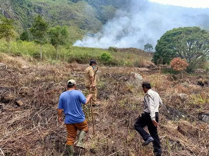 Photo of Kebakaran Perbukitan Silegar Desa Silalahi II, Forkopimcam Gerak Cepat Antisipasi