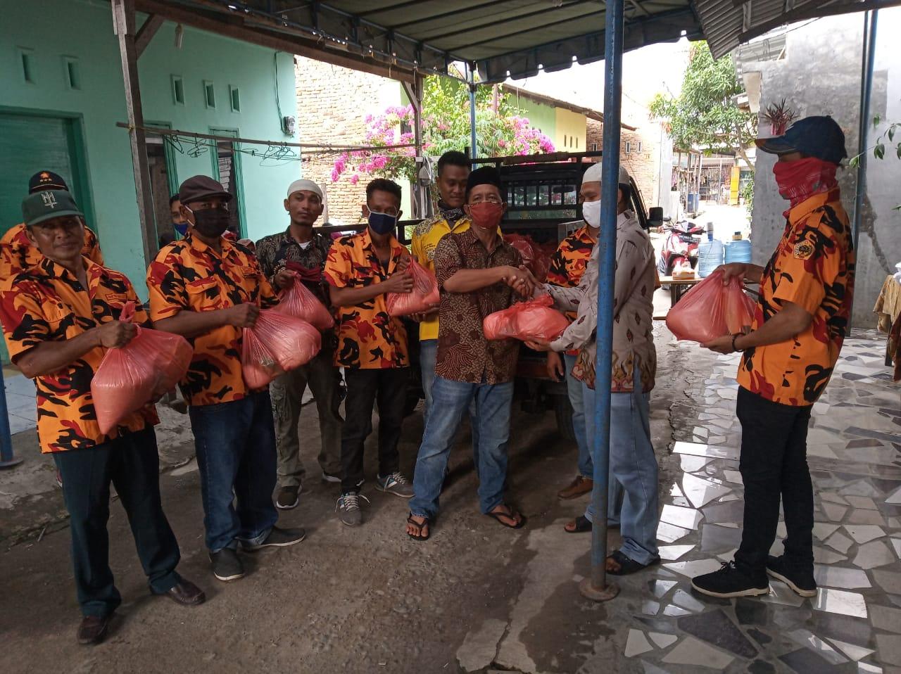 Photo of Peduli COVID-19, DPAC MKGR Percut Sei Tuan Bebagi Bantuan Sembako