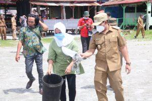 Photo of Sempat Viral Karena Buang Sampah Di Pantai, Ibu Ini Akhirnya Di Beri Sanksi