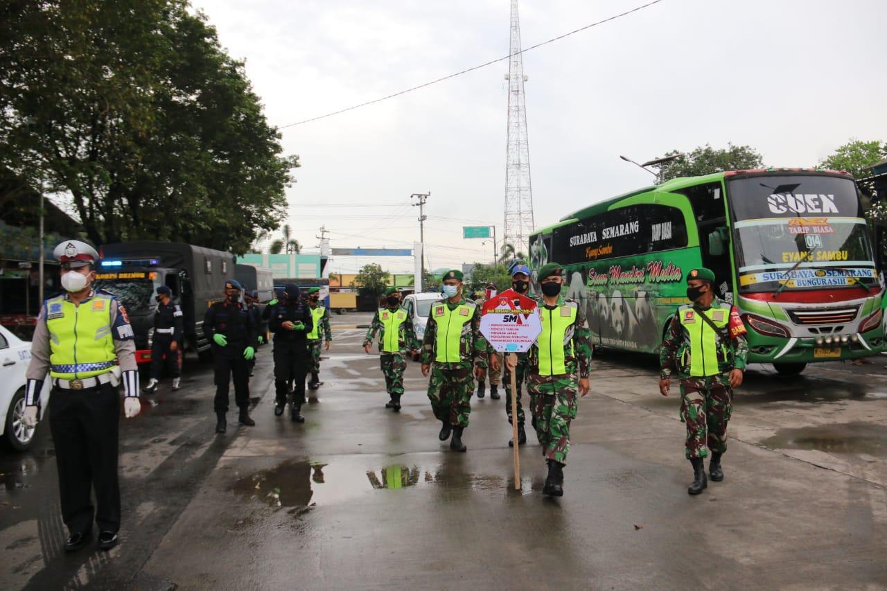 Photo of Dipasar Maupun Diterminal, TNI-Polri Terus Sosialisasikan PPKM