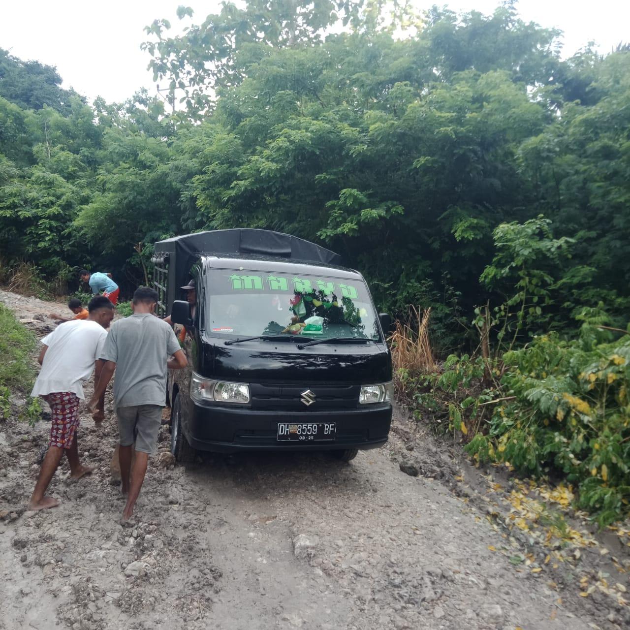 Photo of Masyarakat Gotong Royong Perbaiki Jalan Yang Rusak di Kali Kame'on