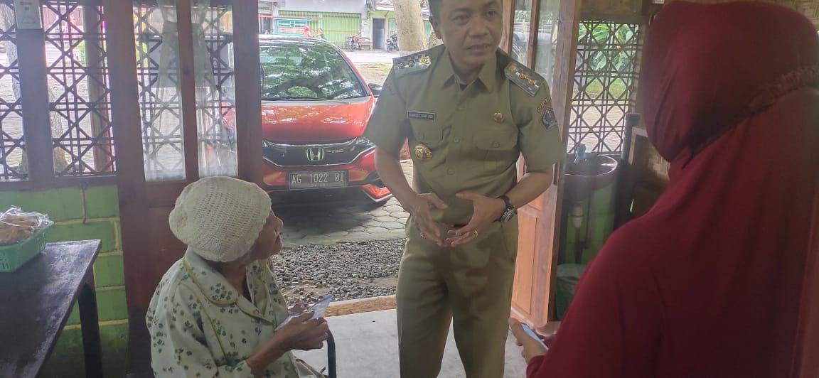 Wakil Bupati Blitar Nyumiati Menyapa nenek Nyumiati