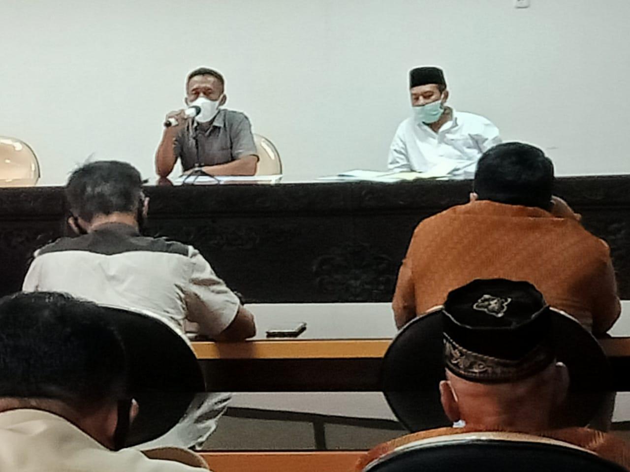 Tampak Sulistiono dari Komisi I DPRD Kabupaten Blitar saat memimpin Hearing dengan Warga Karangnongko dan PH PT Veteran Sri Dewi