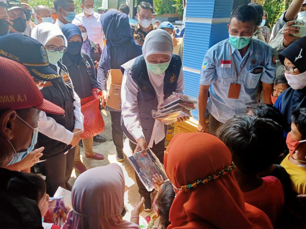Gubernur Jawa Timur, Khofifah Indar Parawansa saat memberikan bantuan alat sekolah kepada anak-anak korban gempa di Blitar