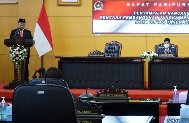 Walikota Blitar Santoso saat memberikan Rancangan Awal RPJMD Kota Blitar