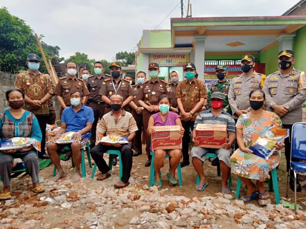 Kajati Jatim, M Dhofir bersama Forkompinda dan Korban Gempa Desa Sawentar Blitar