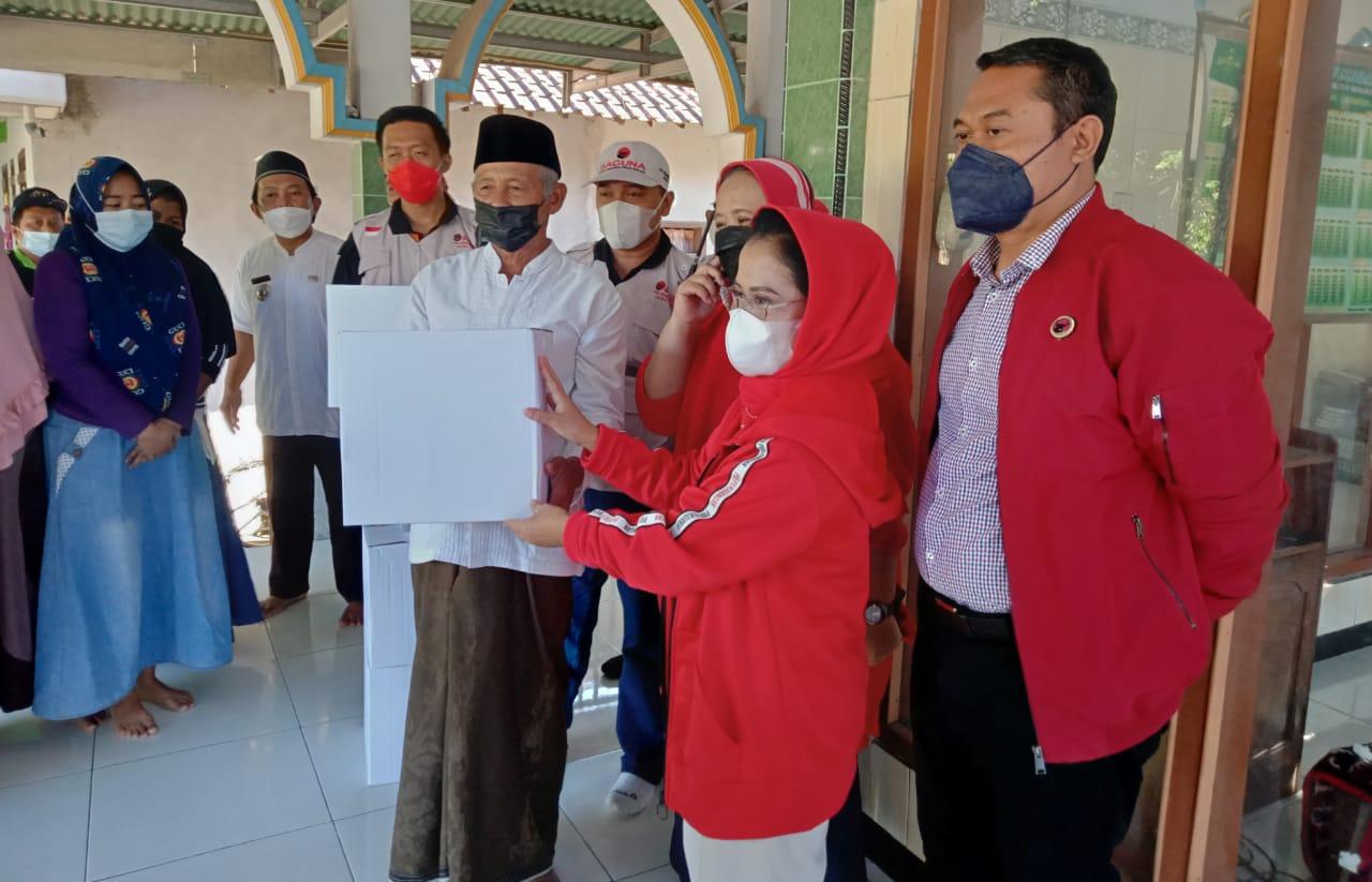 Sekretaris DPD PDI P Jawa Timur, Sri Untari Bisowarno didampingi Kepala Baguna, Agus Wicaksono dan Erma Susanti