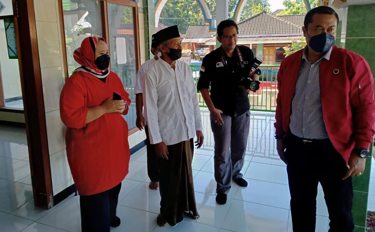 Erma Susanti, Anggota DPRD Provinsi Jawa Timur saat mengunjungi Musholah yang terdampak gempa