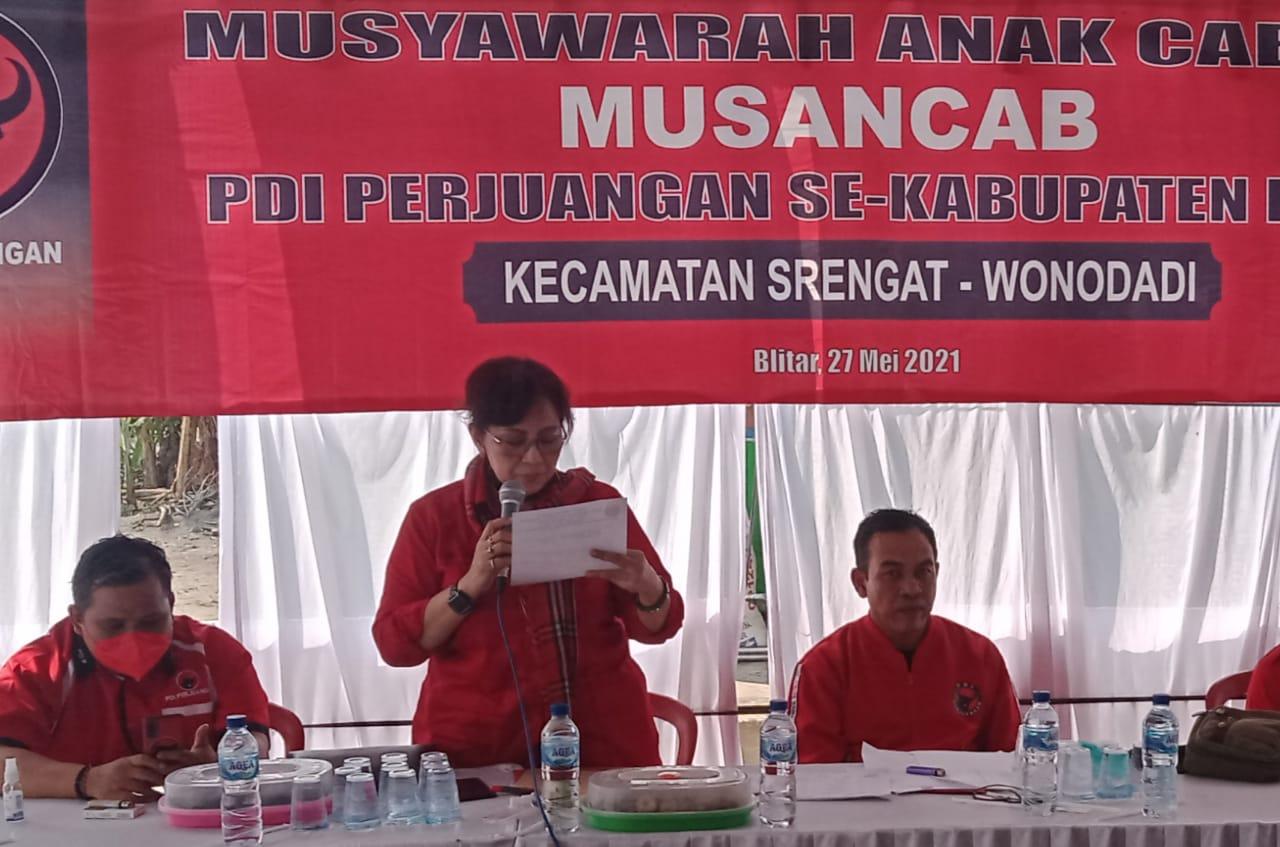 Tampak A.I Sulistryorini didampingi Lukman Indra Laksono penanggung jawab Musancab Srengat dan Wonodadi