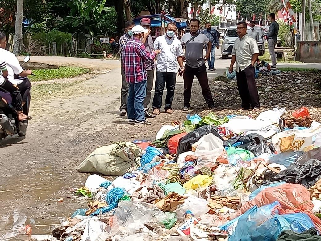 Photo of Tim Komisi D DPRK Aceh Timur Ajak Kadis DLH Ke Lokasi Tempukan Sampah