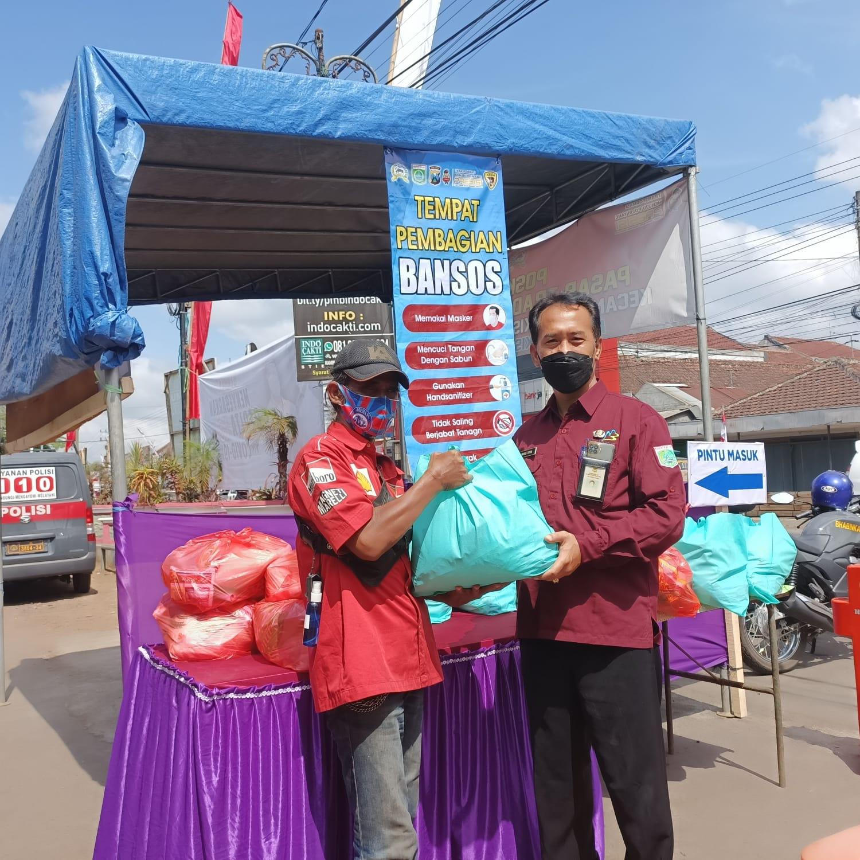 Photo of 50 Warga Terima Bantuan Sosial Paguyuban Pasar Pakisaji