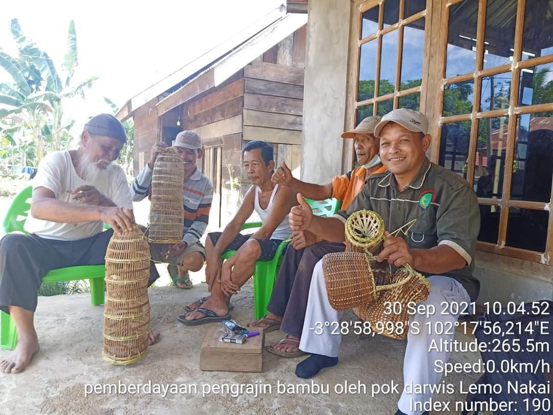 Photo of Kreatifitas Pengrajin Anyaman Bambu Dan Rotan Sekitar Area Wisata Lemo Nakai Desa Batu Raja R BU
