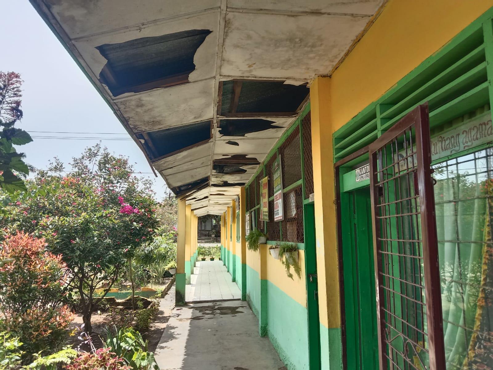Photo of Gedung Sekolah Dasar Di Sergai Rusak, Kepala Sekolah Menangis Tidak Pernah Dapat Bantuan