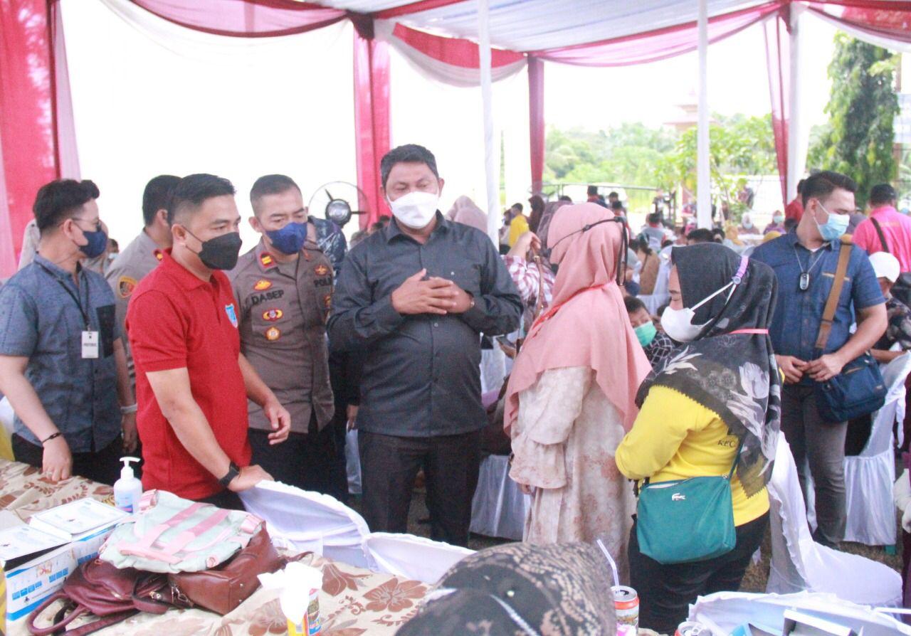 Photo of Wabub Tanjabbar Tinjau Vaksinasi Massal Di Polsek Tungkal Ulu