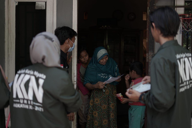 Photo of Bantu Pendataan Warga Melalui Aplikasi Lapor RT/RW, Begini Ungkapan Mahasiswa KKN UMRI