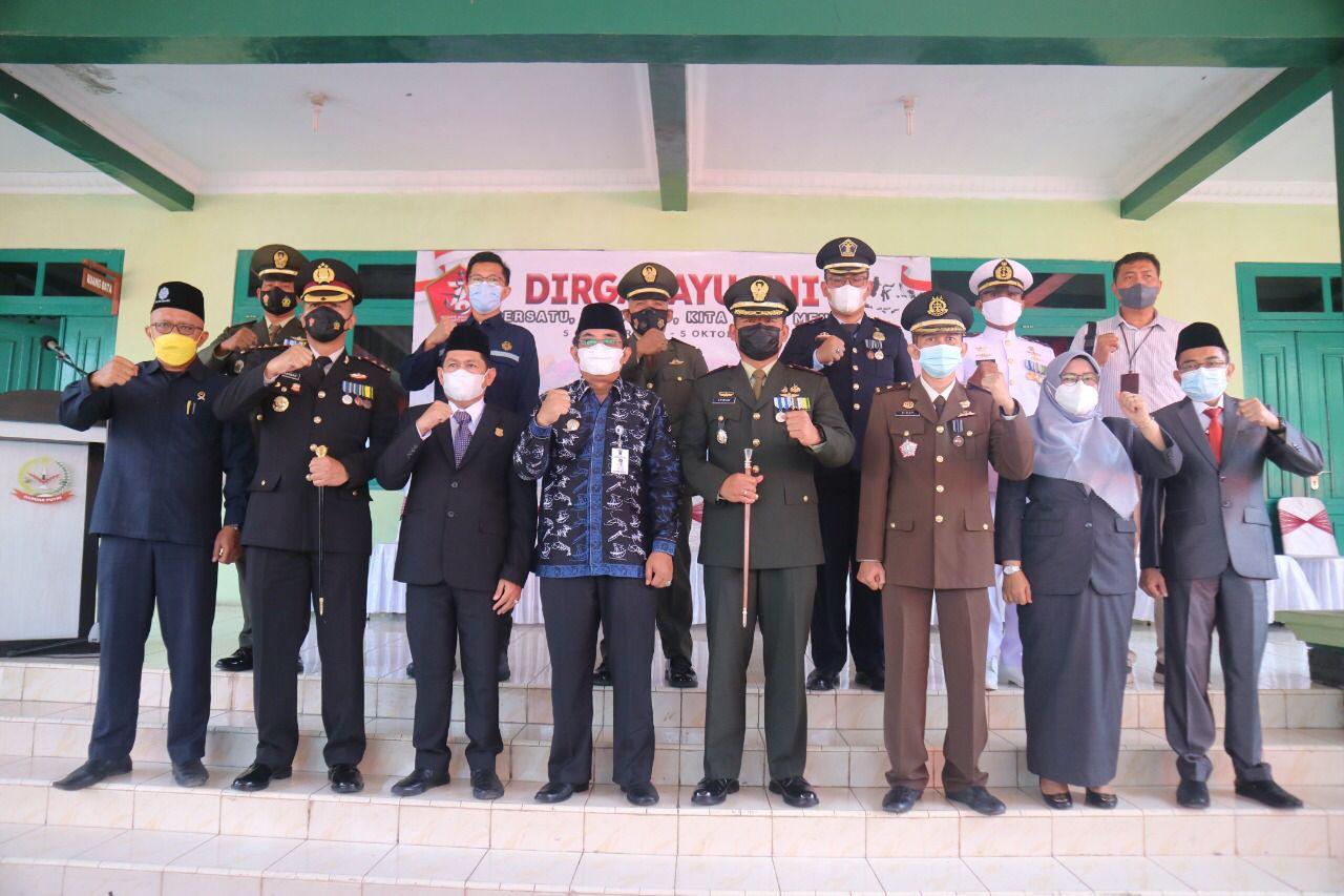 Photo of Bupati Tanjabbar Mengikuti Upacara Peringatan HUT Ke 76 TNI Secara Virtual