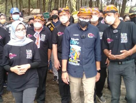 Photo of Kukuhkan Desa Serang Sebagai Nominator ADWI, Bupati Blitar Berbalas Pantun Dengan Sandiaga Uno