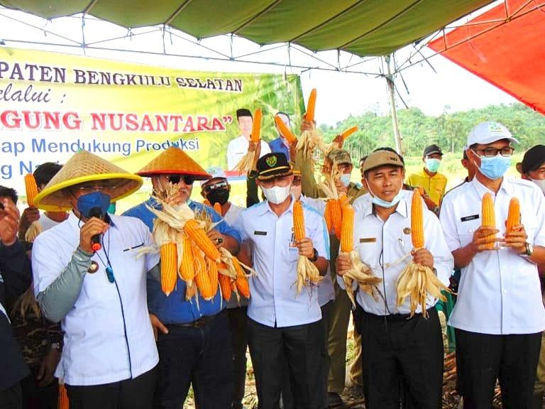 Photo of Bupati dan Dinas Pertanian Paparkan Hasil Pertanian Kepada Mentan SYL