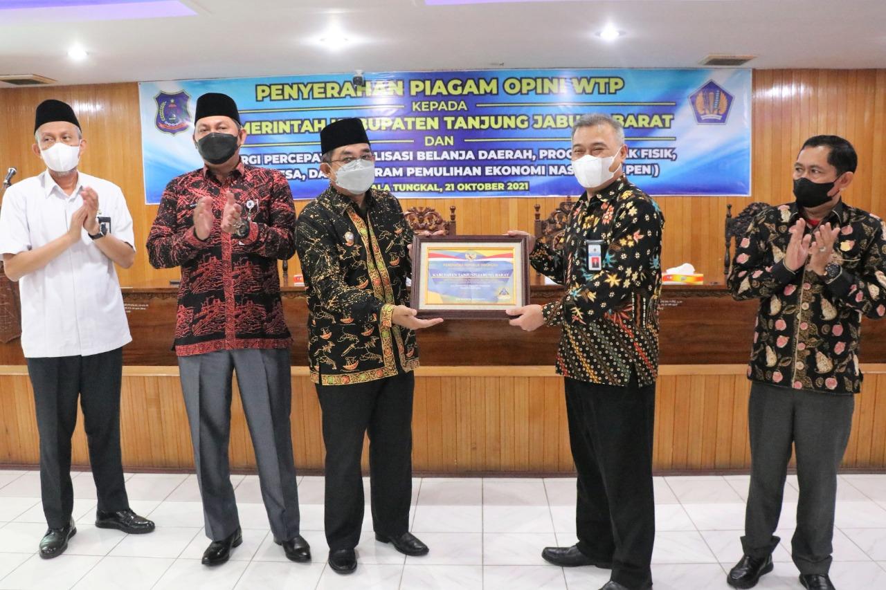 Photo of Pemkab Tanjabbar Kembali Terima Piagam WTP Tahun Anggaran 2020