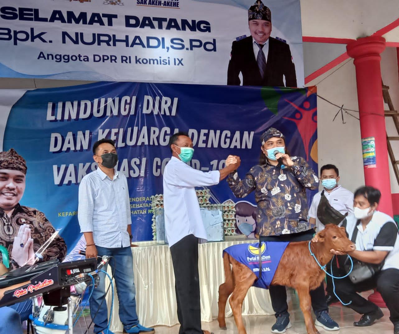 Photo of Masyarakat Membludak Datangi Vaksinasi Partai Nasdem Berhadiah Sapi, Kambing dan Ayam