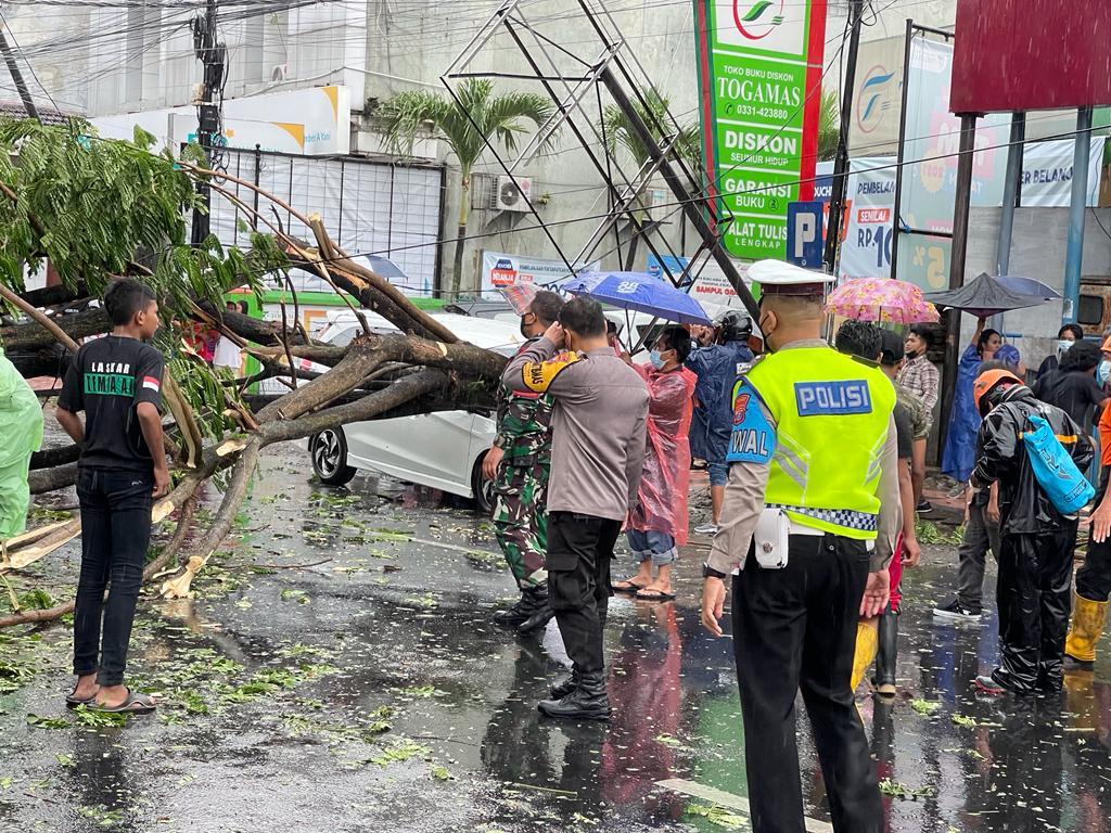 Photo of Akibat Hujan Deras Dan Angin, Pohon Tumbang Timpa Mobil Parkir